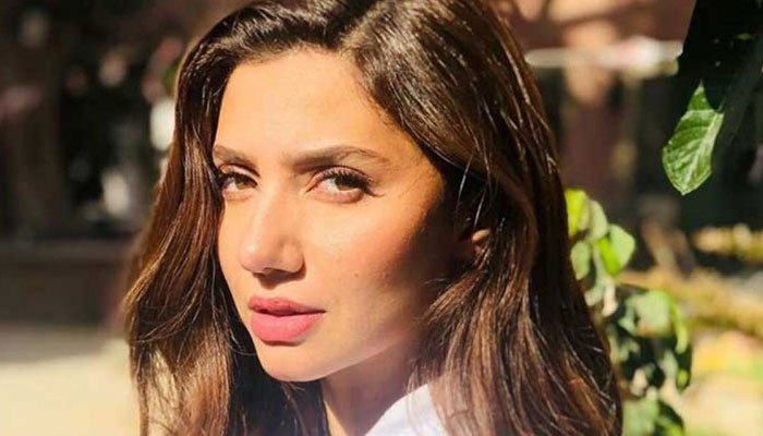 celebrities-congratulate-mahira-khan-on-completing-10-years-in-the-industry
